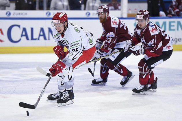 Andris Džerinš ve službách Hradce Králové uniká dvojici hráčů Dinama Riga.