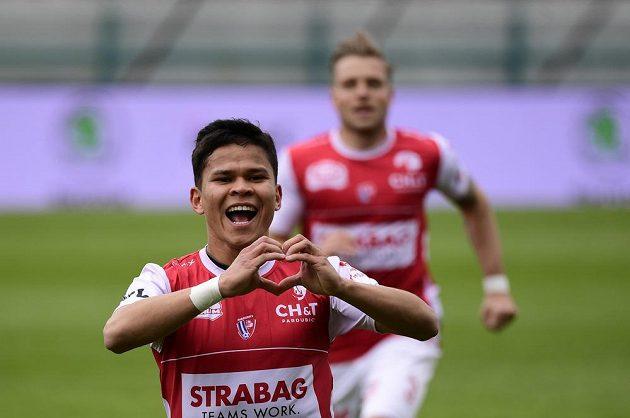 Ewerton z Pardubic se raduje ze vstřeleného gólu proti Slovácku.