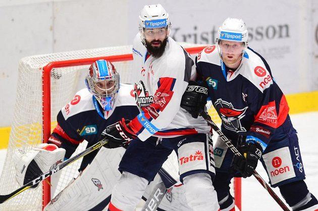 Zleva brankář Chomutova Štěpán Lukeš, Sacha Treille z Pardubic a Stanislav Dietz z Chomutova.