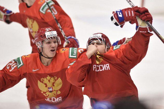 Ruští hokejisté (zleva) Nikita Alexandrov a Alexandr Chovanov se radují z branky.