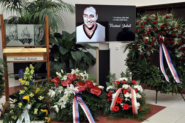 Poslední rozloučení s bývalým hokejovým a fotbalovým reprezentantem Vlastimilem Bubníkem 16. ledna v obřadní síni krematoria v Brně.