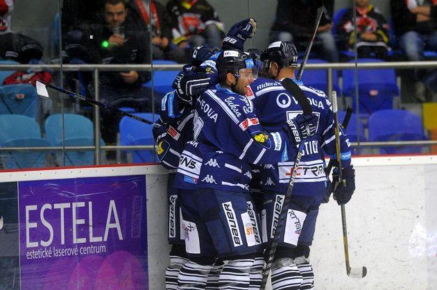 Hokejisté Vítkovic se radují ze vstřeleného gólu na ledě Mountfieldu.