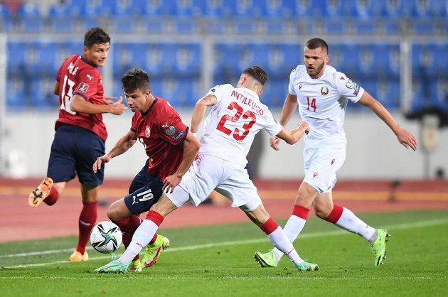 Český fotbalový reprezentant Adam Hložek bojuje o míč v utkání kvalifikace MS proti Bělorusku.