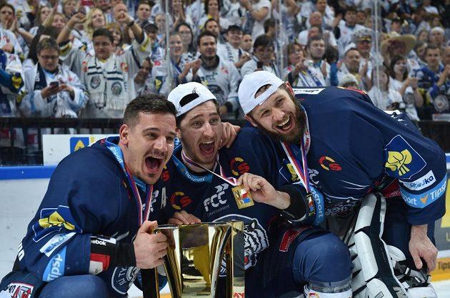 Hráči Liberce se radují z extraligového vítězství. Vlevo střelec vítězného gólu Martin Bakoš, vpravo brankář Ján Lašák, uprostřed Petr Vampola.