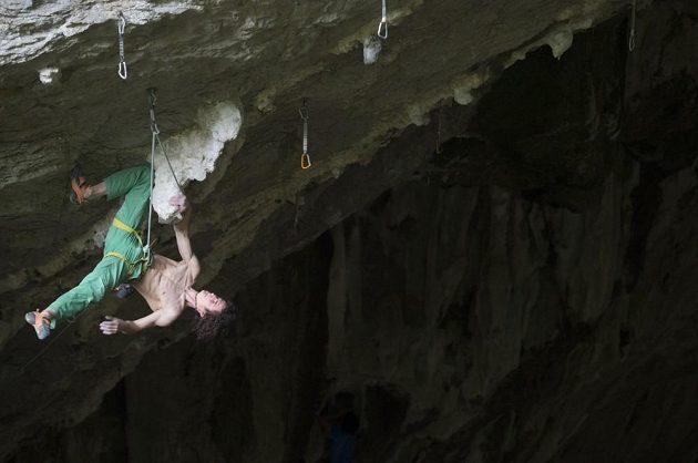 Krátký odpočinek díky zaklíněnému kolenu a leze se dál. Adam Ondra v cestě Ira s obtížností 9a ve španělské Baltzole.