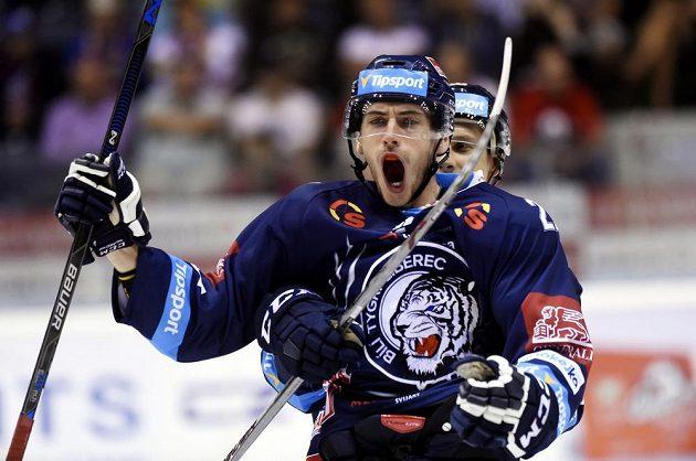Michal Plutnar z Liberce se raduje z vítězného gólu v Pardubicích.