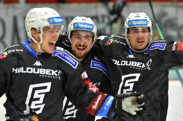 Karlovarští se radují z gólu. Uprostřed Jiří Černoch.