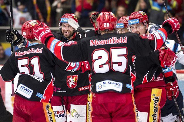 Hráči Hradce oslavují první gól proti Liberci.