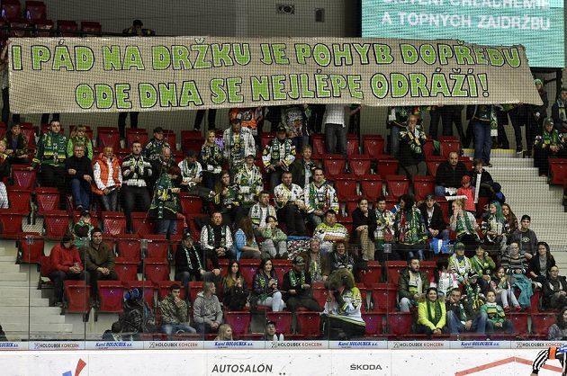 Kotel karlovarských fanoušků zůstal do desáté minuty zápasu skoro prázdný na protest proti výkonům domácích hokejistů v minulých zápasech.