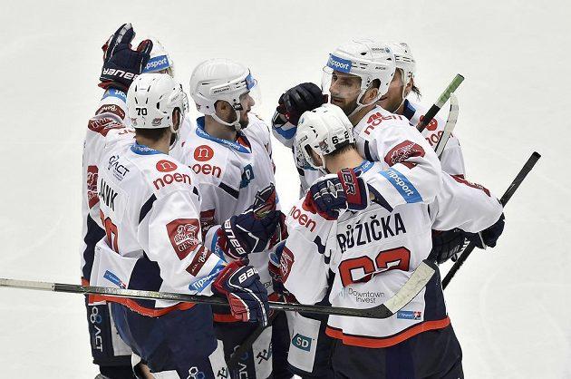 Hokejisté Chomutova se radují z gólu Vladimíra Růžičky (vpředu vpravo zády).
