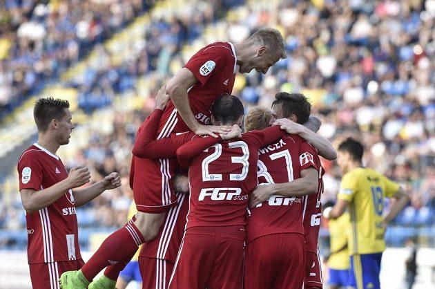Fotbalisté Sigmy Olomouc se radují z gólu na hřišti Zlína.