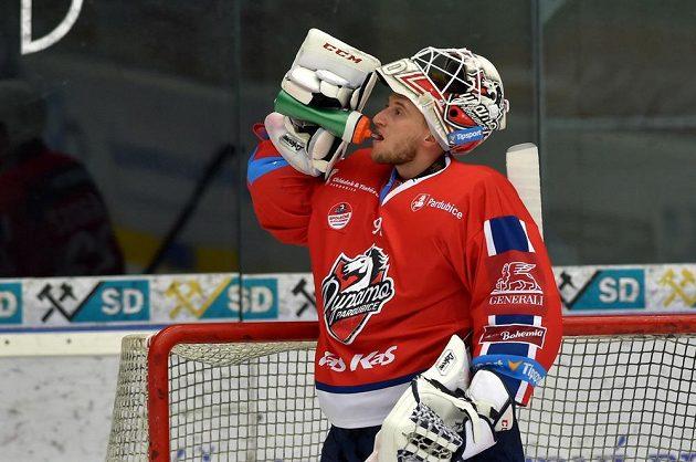Brankář hokejových Pardubic Ondřej Kacetl.
