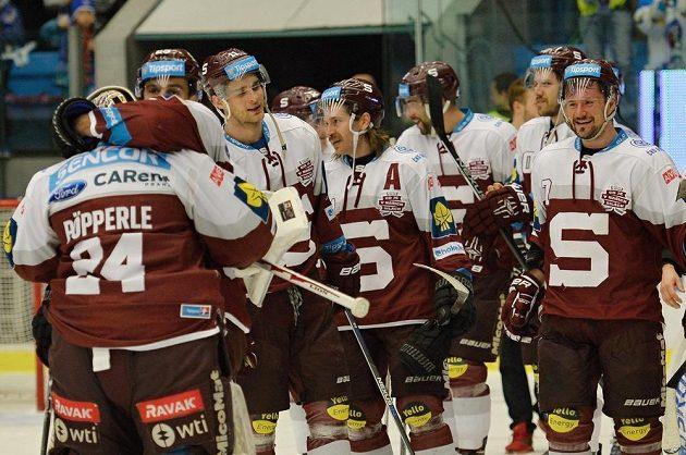 Hokejisté pražské Sparty se radují z postupu do finále extraligového play off.