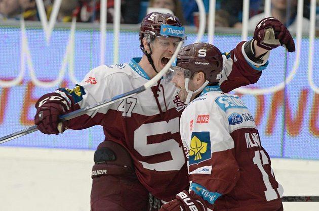 Střelec druhého gólu Sparty Jan Buchtele (vlevo) a jeho dvorní nahrávač Jaroslav Hlinka.