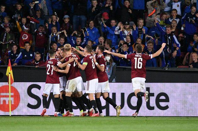 Fotbalisté Sparty se radují z branky