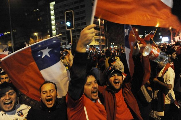 Fanoušci fotbalistů Chile slaví historický úspěch v ulicích