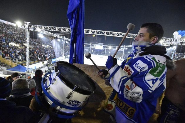 Natěšení fanoušci brněnské Komety před utkáním pod otevřeným nebem s pražskou Spartou.