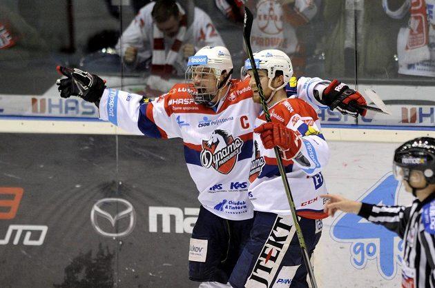 Pardubický útočník Petr Sýkora (vlevo) se raduje z vítězného gólu.