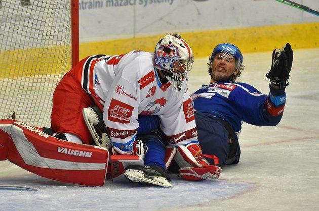 Zleva brankář Olomouce Jan Lukáš a Jaromír Jágr z Kladna.