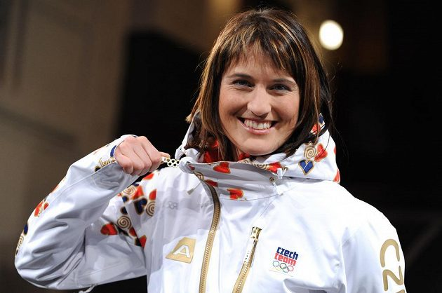 Akrobatická lyžařka Nikola Sudová pózuje v oficiálním oblečení české výpravy pro ZOH v Soči.