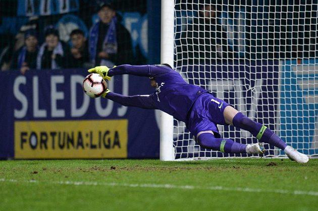 Brankář Sparty Florin Nita chytá penaltu v Liberci.