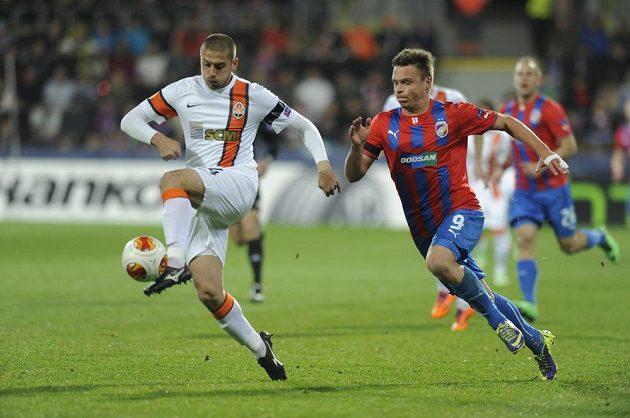 Stanislav Tecl z Plzně (vpravo) a Jaroslav Rakyckyj z Šachtaru v utkání Evropské ligy.
