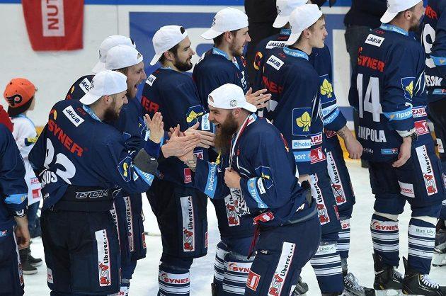 Liberečtí hokejisté si přebírají medaile pro nové extraligové šampióny.