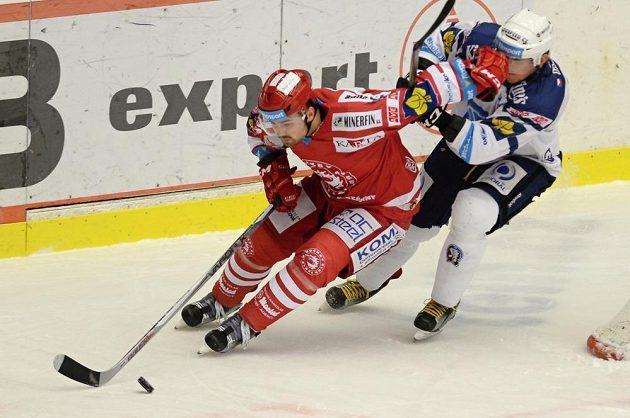 Milan Doudera (vlevo) z Třince si kryje puk před Marcelem Hossou z Plzně.