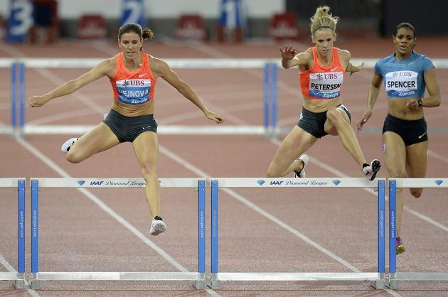Zuzana Hejnová (vlevo) během závodu na 400 metrů překážek na Diamantové lize v Curychu.