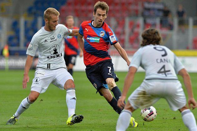 Uroš Radakovič (vlevo) z Olomouce a Tomáš Hořava z Plzně v utkání 5. kola Synot ligy.