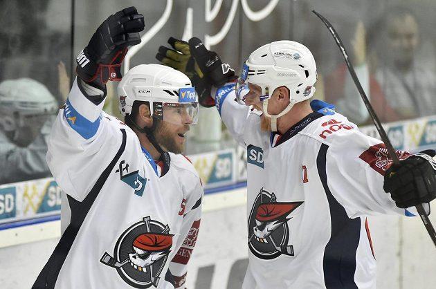 Zleva Radek Duda a Stanislav Dietz z Chomutova se radují. Piráti slaví v letošním ročníku extraligy první výhru.