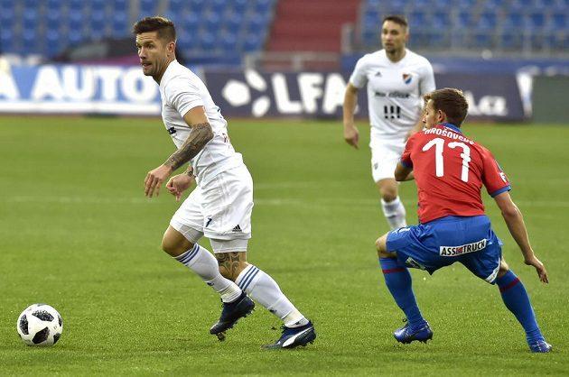 Martin Fillo z Baníku (vlevo) uniká s míčem, situaci sleduje Patrik Hrošovský z Plzně.