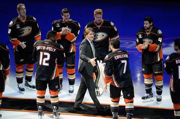 Bývalá hvězda Anheimu Teemu Selänne se zdraví s hráči Ducks před utkáním s Winnipegem.