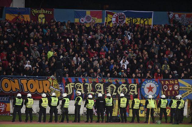 Fanoušci Sparty Praha během utkání základní skupiny Evropské ligy na stadiónu Pasienky v Bratislavě.
