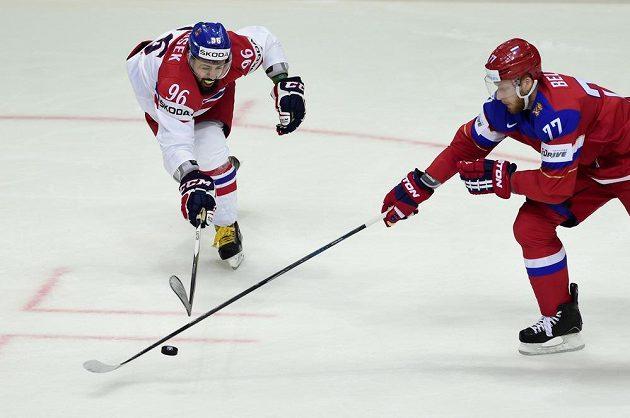 Zleva Richard Jarůšek a Alexandr Bělov z Ruska se natahují po puku.