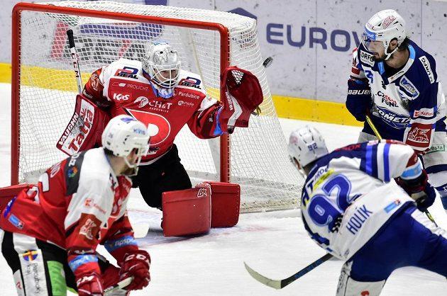 Zleva Rhett Holland z Pardubic, brankář Dynama Pavel Kantor a brněnští hokejisté Petr Holík a Martin Zaťovič.