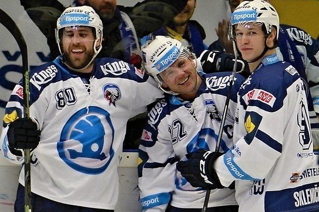 Plzeňští hokejisté se radují z gólu proti Pardubicím. Zleva Nicholas Johnson, Ondřej Kratěna a David Sklenička.