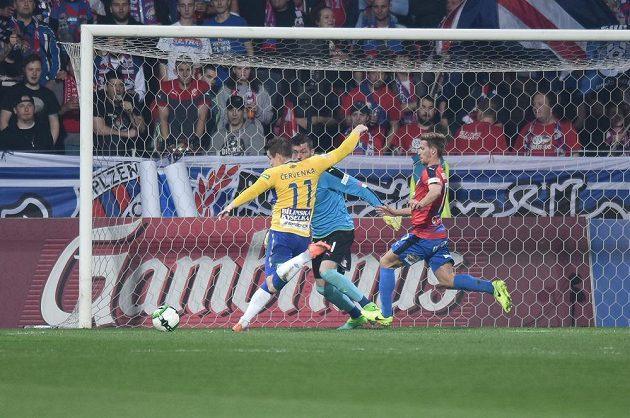 Teplický Červenka dává vedoucí gól v Plzni.