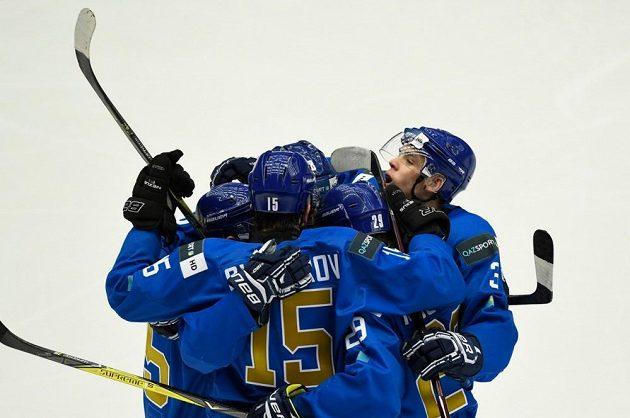 Hokejisté Kazachstánu se radují z vyrovnávací branky