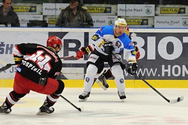 Tomáš Pospíšil (vlevo) z Hradce Králové a plzeňský útočník Ondřej Kratěna v utkání 52. kola hokejové Tipsport extraligy.