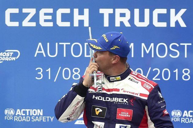 Adam Lacko z České republiky se raduje z vítězství ve druhém závodu prvního soutěžního dne v Mostě.