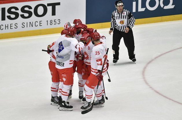 Třinečtí hokejisté se radují z úvodního gólu.