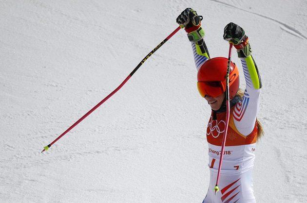 Vítězné gesto Američanky Mikaely Shiffrinové po druhé jízdě obřího slalomu, získala zlatou medaili.