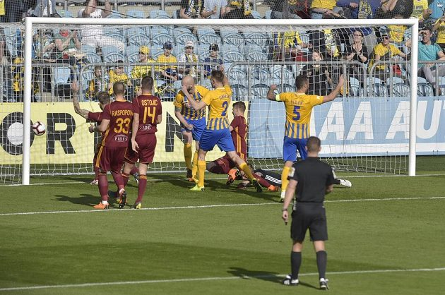 Hráči Opavy (ve žlutém) slaví úvodní gól proti Dukle.