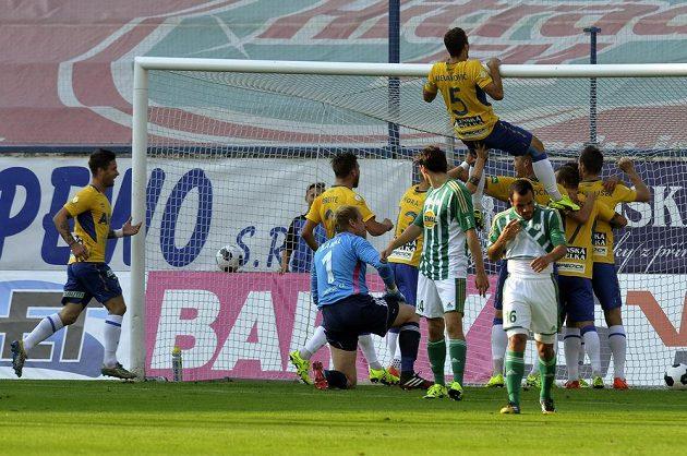 Fotbalisté Teplic se radují ze vstřeleného gólu proti Bohemians 1905.