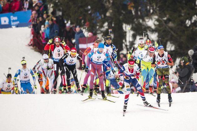 Nor Ole Einar Björndalen na prvním místě při štafetovém závodě na MS v oslu.