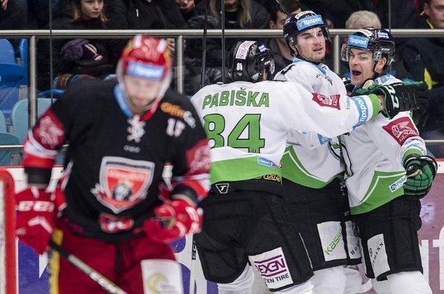Hokejisté Mladé Boleslavi se radují z gólu na ledě Hradce Králové v předehrávce 35. kola extraligy.