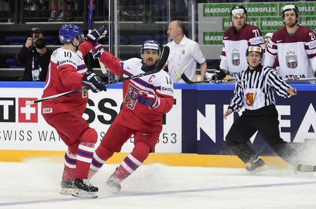 Čeští útočníci Tomáš Plekanec (vpravo) a Roman Červenka se radují z gólu proti Lotyšsku.