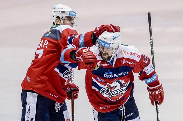 Hráči Pardubic Petr Sýkora (vlevo) a a Rostislav Marosz se radují z gólu proti Hradci Králové.