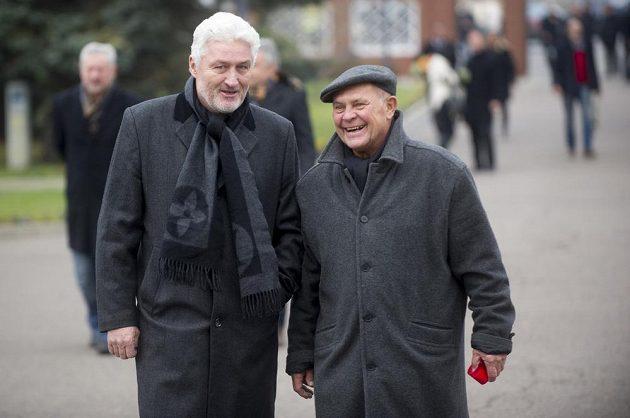 Poslední rozloučení s bývalým manažerem české hokejové reprezentace, Pardubic a fotbalové Slavie Zbyňkem Kusým. Na snímku vlevo je hokejový trenér Miloš Říha.
